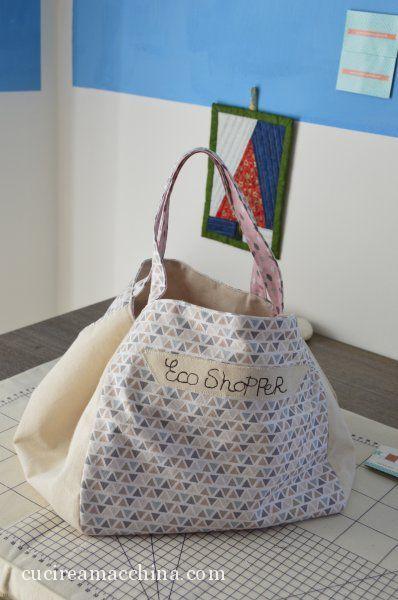 Videotutorial di cucito creativo gratuito per imparare a cucire a macchina una borsa comoda e capiente double-face con tasca interna. Facile e divertente da fare!