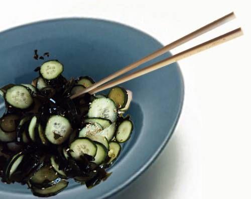 Quella che vi propongo oggi è un\'insalata a base di alga wakame e cetrioli, ottima per tutti coloro che vogliono cominciare ad avvicinarsi alla cucina giapponese. La wakame infatti è un alga dal sapore molto delicato e dalle proprietà disintossicanti, che si presta ad essere gustata anche in insalata. Provatela in questa ricetta fresca e leggera, ottima per i primi caldi. Seguitemi...