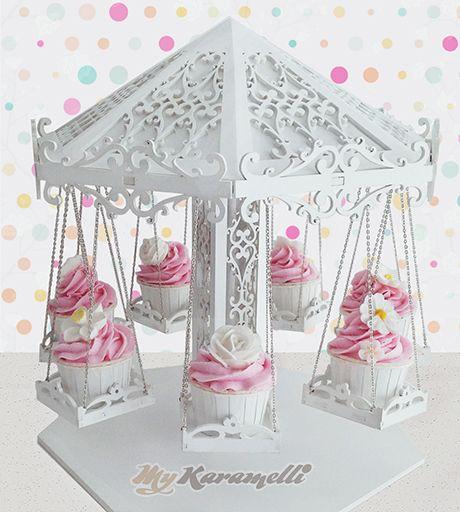 Stand de madera realizado artesanalmente con detalles increíbles simulando un precioso Carrusel. Ideal para adornar mesas dulces, cumpleaños, bodas. Contiene 7 asientos para Cupcakes o dulces.  Medidas: 35 cm de diámetro por 38 cm de alto aproximadamente.