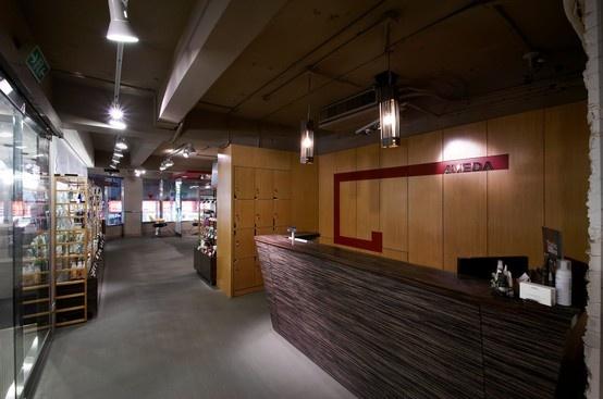 用木頭直感為底,帶入顯眼的紅色,營造視覺的焦點,並與空間中的天花板造型呼應。