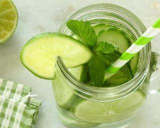 Citronnade toute verte à la menthe et au concombre : http://www.fourchette-et-bikini.fr/recettes/recettes-minceur/citronnade-toute-verte-la-menthe-et-au-concombre.html