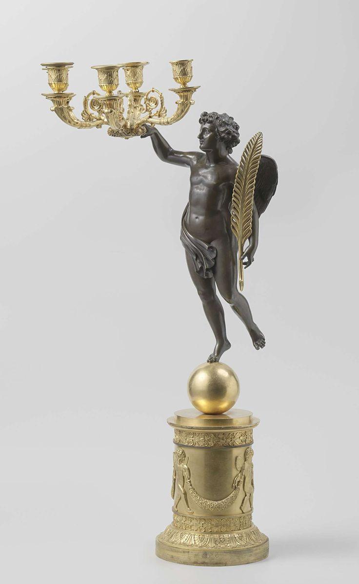 Kandelaar van gedeeltelijk verguld brons, versierd met o.a. palmetten, gestileerde bloemranken, dansende putti met guirlande en een figuur in zweefstand met veer in de hand., Pierre Philippe Thomire, ca. 1815 - ca. 1825