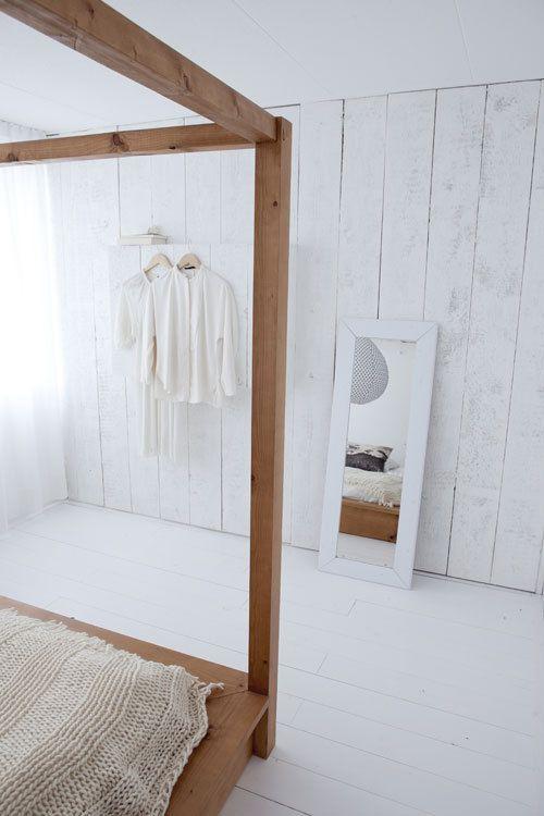 Muur wit maken? De houten vloer maken we sowieso wit :-)