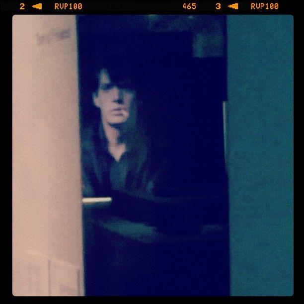 #RobertMapplethorpe #omakuva #heijastuu #TomofFinland teokseen ja muistuttaa #BlueVelvet leffan #KyleMcLachlan tirkistelyä... #kerroksia #layers #reflections #Kiasma #modernArt