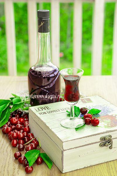 Рецепт: Вишневый ликер (на вишне с косточками)
