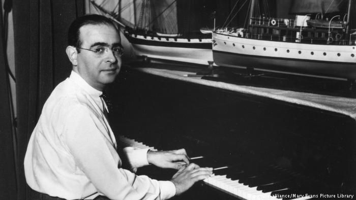 Film composer Max Steiner at the piano (picture-alliance/Mary Evans Picture Library)