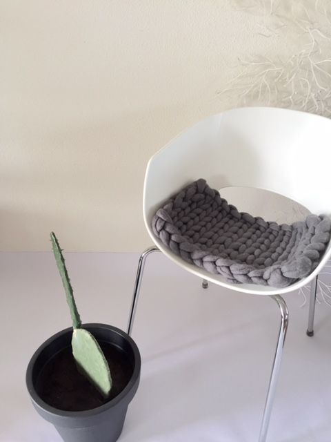 <p><strong>Tip: Klik op de foto's om ze in een groter formaat en betere kwaliteit te zien.</strong></p><p>De big knit xl stoel kussen zit kussen geeft een stoere warme touch aan uw interieur .</p><p>Vooral bij uw kunststof eetkamer stoelen die soms wat koud en kil overkomen en aanvoelen.</p><p>De big knit xl stoel kussen zit kussen licht grijs heeft een moderne grof gebreide uitstraling.</p><p>Alle big knit xl stoel kussen zit kussen worden met de hand gemaakt en ondergaan een vilt proces…