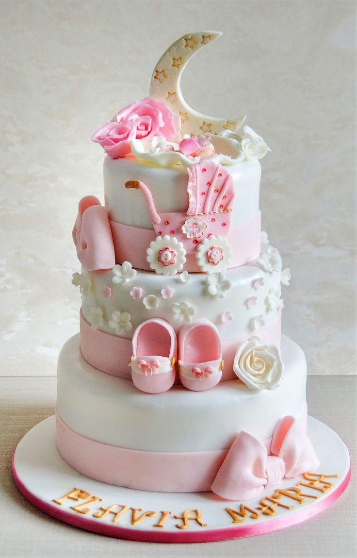 Flavia Maria a avut parte de un tort de botez pe masura petrecerii. Decorat cu detalii in nuante de roz pastel si alb, o luna instelata si insertii aurite, tortul cu o compozitie usoara si fructata, a facut deliciul invitatilor aflati la petrecere. Pret: 350 ron (3.5 kg)