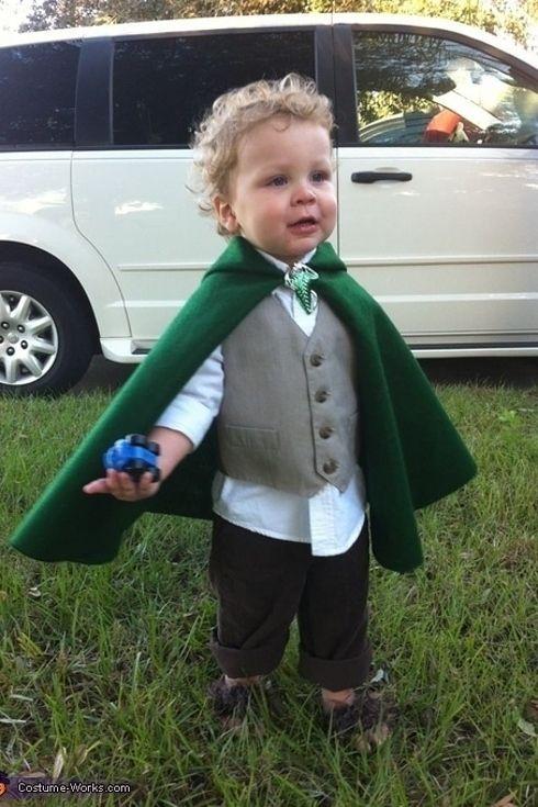 Verkleed je als DE HOBBIT: donker bruine broek, wit hemd met bruin hesje en een groene cape.