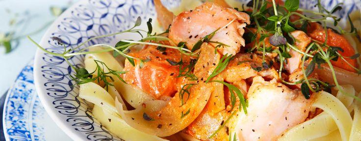 Laks stroganoff: 4 Laksefilet, 1 gulrot, 1 gul løk, 2 fedd hvitløk, 2 ts cumin, 0,5 ss paprikapulver, 1 boks knuste tomater ca. 390 g, 0,5 dl creme fraiche, salt, pepper, olivenolje til steking,fersk timian eller dill til pynt. Kutt laksen i terninger, gulroten i staver, løken i båter og knus hvitløken. Freses med krydderet i olivenolje. Ha over knuste tomater, småkok i ca. 10 minutter. Ha i Crème Fraîche, smak til med salt og pepper, varm opp og rør om. Ha i laksebitene i 5–7 minutter…