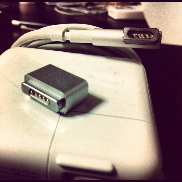 2010年製MacBookAirの充電コネクタを、2012年製MBAでも使用できるようにするアダプタ。  こんなにちっちゃくても、とても役に立ちます♪