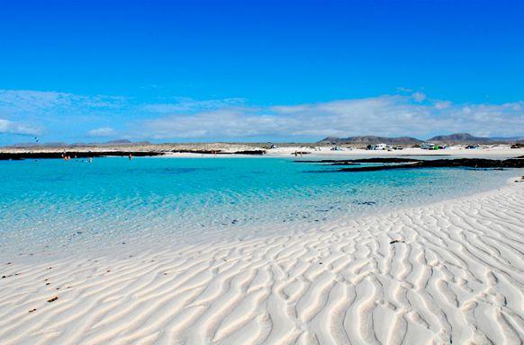 La Caleta del Marrajo es una paradisíaca y solitaria playa de arena blanca y aguas cristalinas situada a las afueras de El Cotillo.