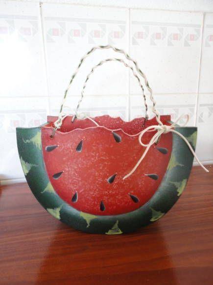 cesta em feitio de melancia em mdf para enfeitar sua cozinha e guardar o que sua imaginação quiser. R$ 40,11