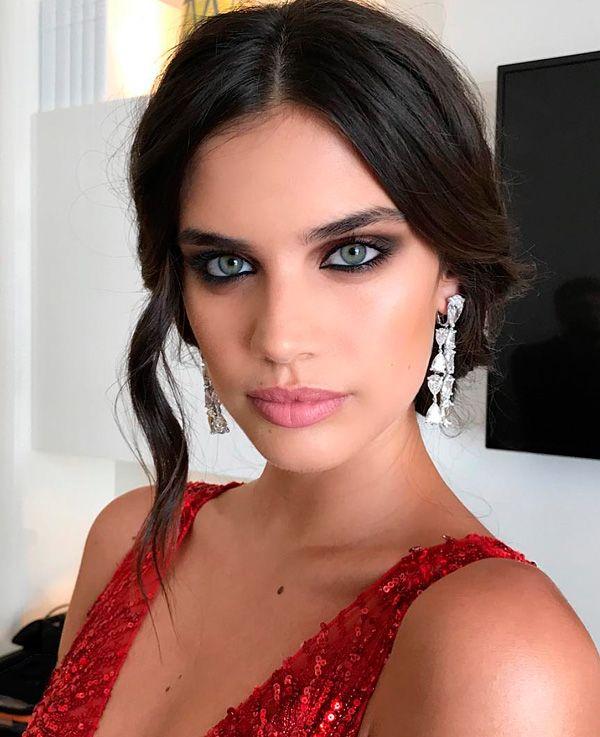 Make up olho preto esfumado boca nude Sara Sampaio