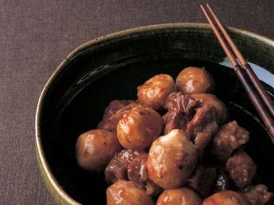 土井 善晴さんの里芋を使った「里芋と牛バラ肉の煮物」のレシピページです。甘辛く煮た里芋と牛バラ肉のうまみが口いっぱいに広がります。 材料: 里芋、牛バラ肉、煮汁、サラダ油