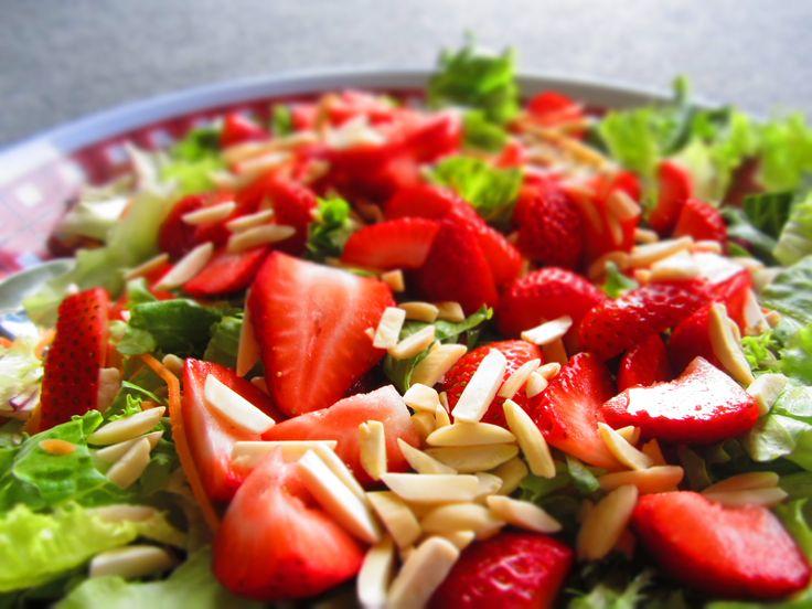 Ensalada con almendras y fresas