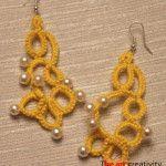 Orecchini realizzati con la tecnica del chiacchierino ad ago con filato di colore giallo ed inserimento di perle bianche. #orecchini #chiacchierino #handmade