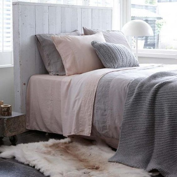 Foto: Natuurlijke slaapkamer met rustige tinten, Como Blossom dekbedovertrek, grijs plaid en zacht bont vloerkleed.. Geplaatst door Marington-nl op Welke.nl