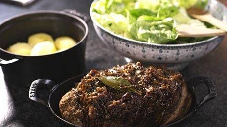 Gehakt is wellicht een van de populairste vleesproducten. Het is budgetvriendelijk en bovendien ideaal om creatief mee te zijn. Jeroens gehaktbrood met een eenvoudige, smaakvolle ajuinsaus en frisse sla zal gegarandeerd in de smaak vallen bij jong en oud.