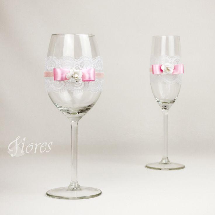 """Svadobné poháre """"Pure""""  jedinečná a my túžime, aby ste sa tak cítili v každej maličkosti. Vytvorili sme pre Vás tento svadobný pohár, ktorý nemusí zostať iba kusom skla, ale verte či nie dokáže o Vás veľa vypovedať."""