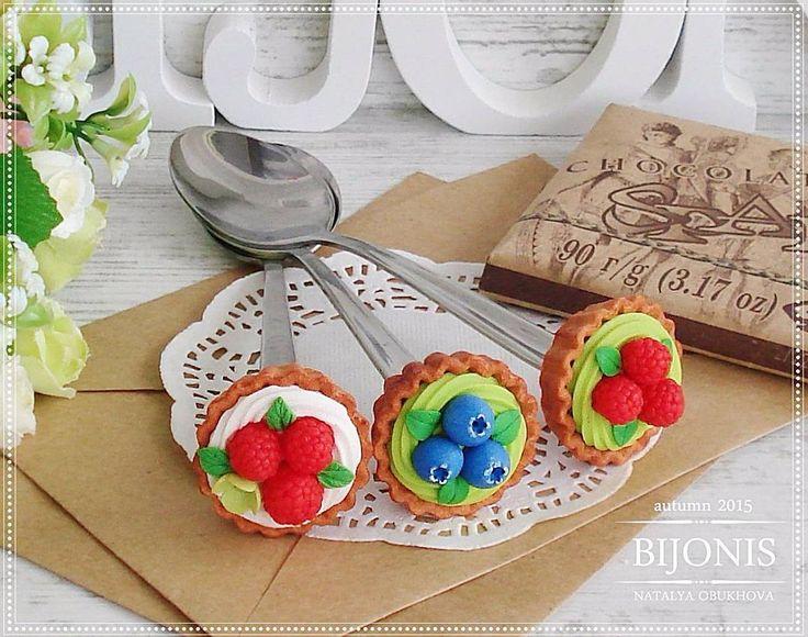 «Корзиночки с ягодами на чайных ложечках, в наличии. #bijonis #киров #сладостиизполимернойглины #полимернаяглина #sweet #вкусные_ложечки #tiny #черника…»
