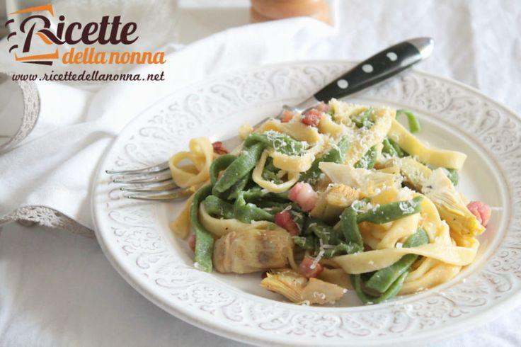 Volete un primo piatto un po' speciale da cucinare in soli 10 minuti? Questa ricetta delle tagliatelle paglia e fieno con carciofi e pancetta è quello che
