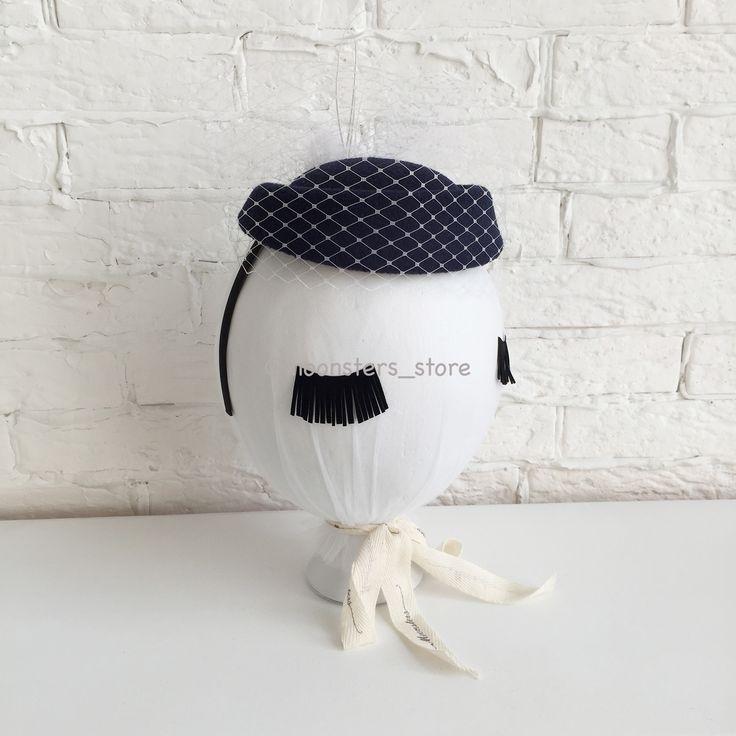 Темно-синий ободок-шляпка с белой вуалевой сеточкой и перьями. Ручная работа.