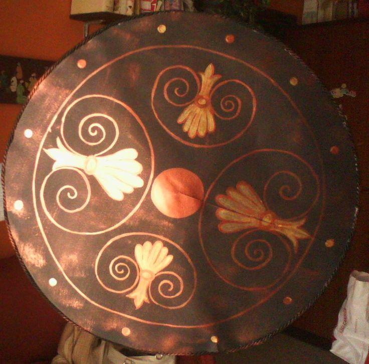 ciao a tutti,   ecco a voi uno scudo greco:   realizzato con un vassoio grande per torte in plastica e cartoncino nero dipinto con colori a...