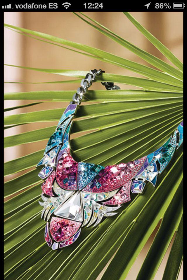 """Nos encanta la colección """"Tropical Paradise"""", de Swarovski, un exótico viaje por la selva amazónica. En la imagen, el collar Tangara (199 €). Llévalo absolutamente solo, prescinde incluso de pendientes, pues una pieza así es el centro de tu look."""