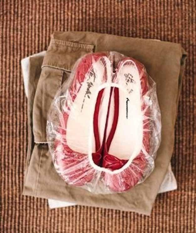 utilisez un bonnet de douche pour ranger vos chaussures en voyage