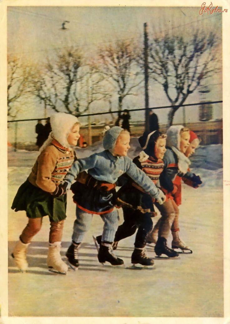 1956.Юные фигуристки. Фото Л. Бородулина