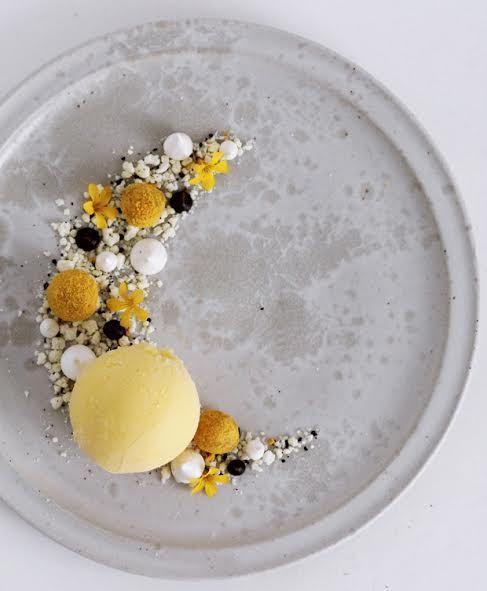 ISABELLAS har udfordret fire af Danmarks dygtigste madbloggere til at kreere deres favoritfestdessert i en stor decemberkonkurrence. Her deler Maja Ambeck Vase fra bloggen Chocolat sin opskrift passionsfrugt-is med lakrids og hvid chokolade.
