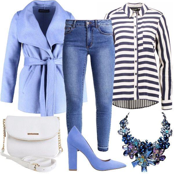 Outfit ideale per una giornata di lavoro, a cui segue magari un aperitivo. Il look è composto dal jeans skinny, la camicia a righe bianche e blu, la tracolla bianca, le décolleté e il cappotto corto in misto lana blu lavanda. Completa la maxi collana che riprende tutti i colori del look.