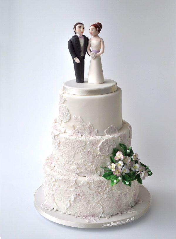 silber pastellila farbene Hochzeitstorte mit Spitzen und Hortensien ...