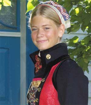 <br><i>Ei ung jente på veg til kyrkja. Kyrkjekleda var fra gammalt av dei gjevaste, og det framgår av kjeldematerialet at bringeduken høyrde til høgtidskleda. Den høyrer til utanpå trøya, under snøringa</i>