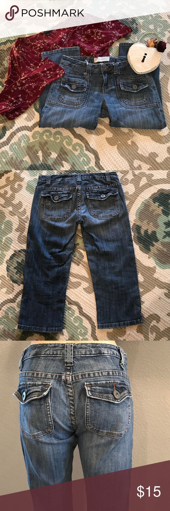 Aeropostale cargo 👖 Aeropostale distressed cargo jeans. These have been worn and have wear but still lots of life, no stains or holes. Inseam is 19. Bundle with more in my closet to save$$$ VERY CUTE JEANS!! Aeropostale Jeans Ankle & Cropped