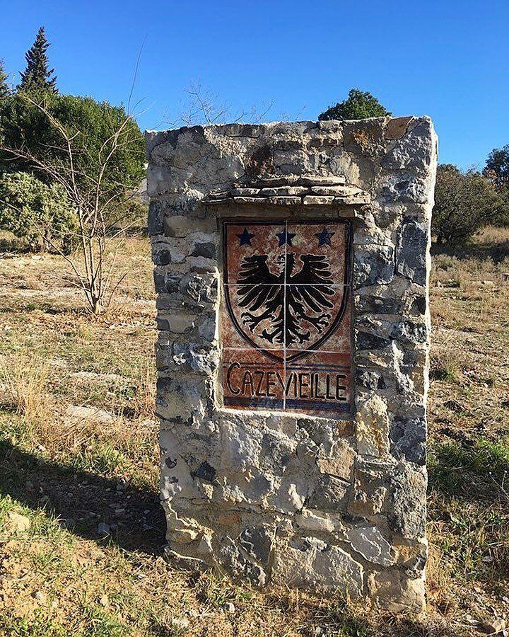 Tout part de là! Pour grimper le Pic Saint Loup il te faudra te garer au parking du village de Cazevieille  Pic Saint Loup (34)  Tout sur #PintadePicSaintLoup  __________________ #masdefrance #masdebaumes #chambredhotes #picsaintloup #travel #blogtravel #travelgram #bloggertravel #voyage #trip #Montpellier #pintademontpellier #occitanie #roadtrip #oenologie #wine #gastronomie #randonnee