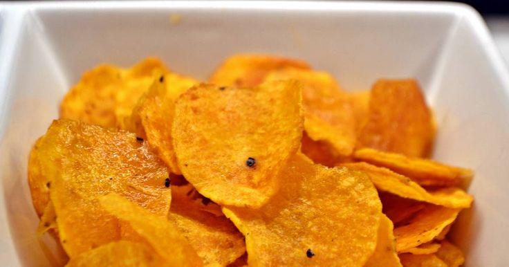 Mennyei Édesburgonya chips recept! Esti filmnézéshez pont ideális. Aki nem szereti az édes-sós kombinációt, az készítse egyszerű burgonyából, de a bátrabban készíthetik céklából, zellerből, sárgarépából is. :)
