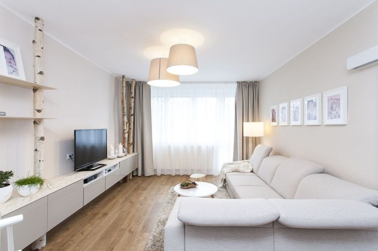 Nový obývací pokoj ve světlých přírodních barvách doslova omládnul, kmeny bříz jej příjemně oživily.