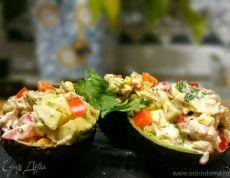 Авокадо, фаршированный салатом из тунца . Ингредиенты: тунец консервированный, кукуруза консервированная, горошек зеленый консервированный | Официальный