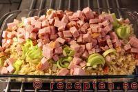 Ris, kassler, ev. purjolök, 3 dl grädde, 1 dl majonnäs, 1 dl chilisås, ev. ost. 225 grader, 15-25 min.