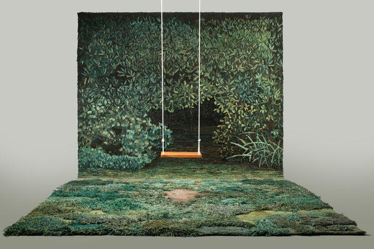 L'artiste Alexandra Kehayoglou qui vit à Buenos-Aires fabrique des tapis dont les poils et les motifs représentent des prairies et des champs plein d'herbes, de mousses et de chemins et montent parfois aux murs pour se transformer en tapisseries.