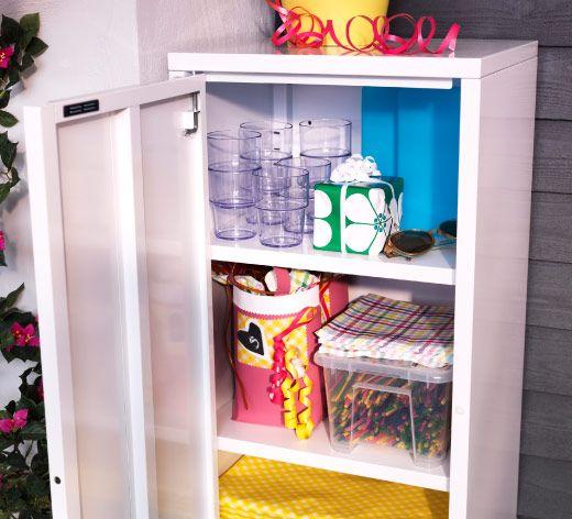 Fresh IKEA Sommer Nahaufnahme von JOSEF Schrank aus wei lackiertem Stahl mit transparenten VAKEN Kunststoffbechern