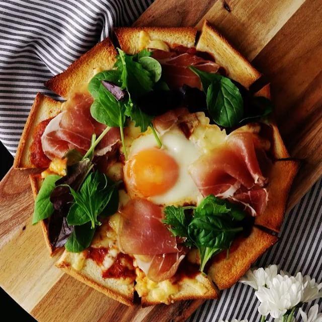 最近レシピのCopy CHANNELが増えてますね (*ノω<*) アチャー 【食パンで簡単】半熟卵のとろーりピザ ■材料 ・食パン(8枚切り) 5枚…