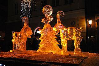 Festiwal Rzeźby w Lodzie jest dumą miasta Poznań. Jest to wydarzenie niezwykle widowiskowe, które przyciąga do stolicy Wielkopolski tysiące zwiedzających oraz najsłynniejszych artystów z całego świata. Dzięki niemu możemy jeszcze bardziej poczuć klimat zbliżających się najpiękniejszych Świąt Bożego Narodzenia. Więcej: http://astoria-romantica.pl/eventy/festiwal-rzezby-lodowej