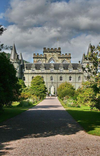 Castillo de Inveraray, Escocia. En Inveraray, cuna de la casa noble de Argyll y uno de los clanes más influentes de la historia de Escocia, el clan Campbell, se alza el impresionante y bien conservado Castillo de Inveraray.  El castillo cuenta con vistas directas y privilegiadas al pueblo y al lago, gracias a su ubicación estratégica, por otra parte, bien resguardado por bosques y jardines, hace que el efecto sea contrario, desde el pueblo apenas se vislumbra el castillo.