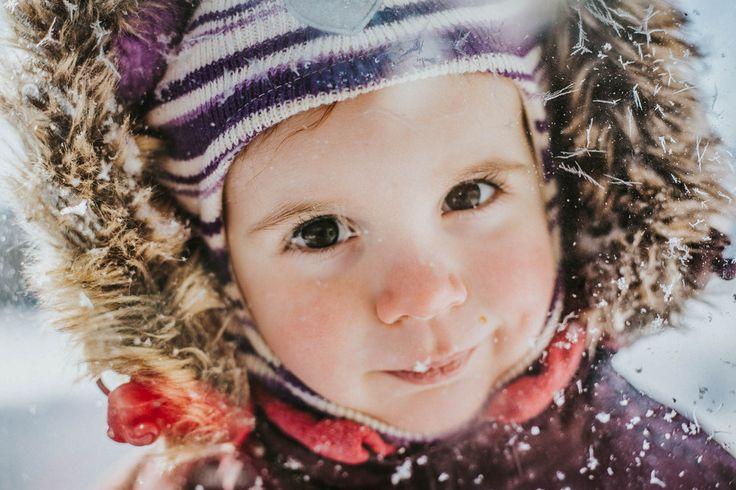 портрет девочки зимой через стекло