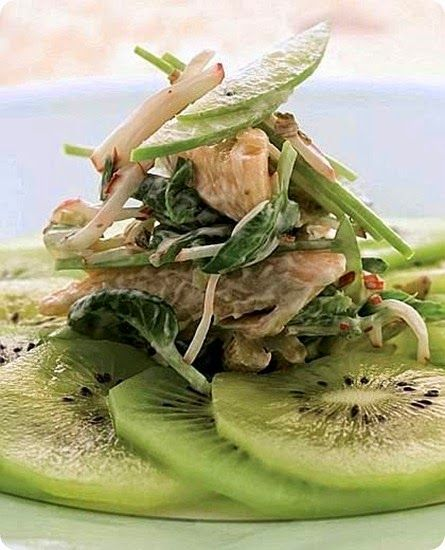 Insalata di trota e kiwi   Ingredienti: per 4 persone      400 g di filetti di trota     4 kiwi     2 ravanelli     2 cetriolini sott'aceto (gewürzgurken)     1/2 mela Granny Smith     bietole (erbette) novelle o altre verdure a foglia     3 cucchiai di maionese     2 cucchiai di yogurt     olio extravergine di oliva     sale      I gewürzgurken  sono dei cetrioli in agrodolce, piatto molto semplice da preparare e che p