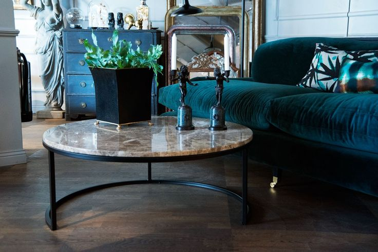 Vackert runt soffbord med stenskiva och underrede i metall.