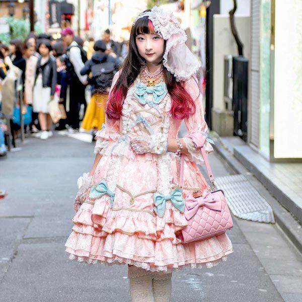RinRin Doll Dengan Gaya Busana Angelic Pretty Lolita Di Jalan Harajuku  RinRin merupakan seorang model dari brand asal jepang Angelic Pretty dan ia terlihat sangat manis dengan gaya busana lolita, yang menampilkan semua item dari Angelic Pretty termasuk gaun, gold heels, hiasan rambut, sarung tangan berendam tas bowling berlapis.  Selengkapnya.. [https://wp.me/p8l3ab-X3]  #artforia #beritafashion #harajukufashion #fashion #tokyofashion #jepang